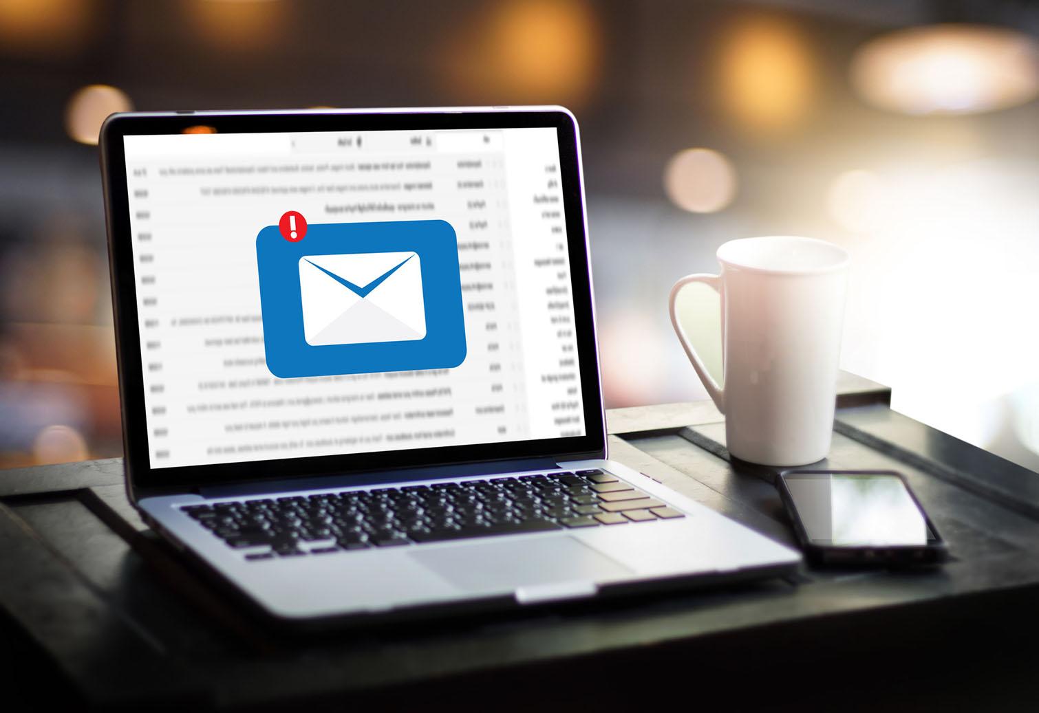Laptop mit Symbol für ankommende E-Mail
