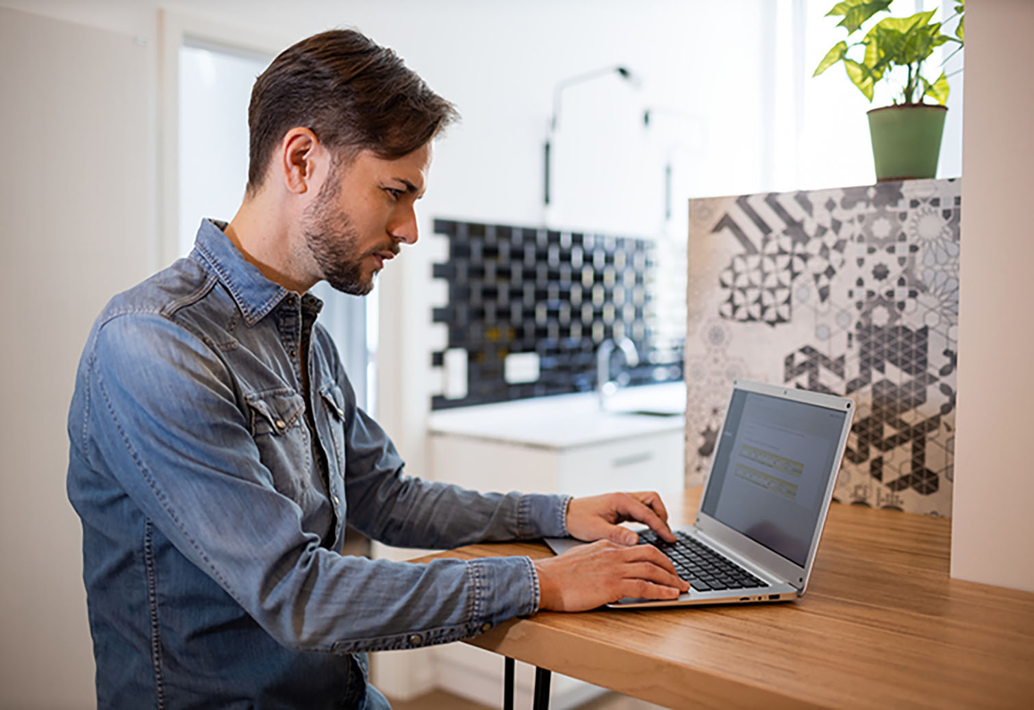 Lernender vor Laptop