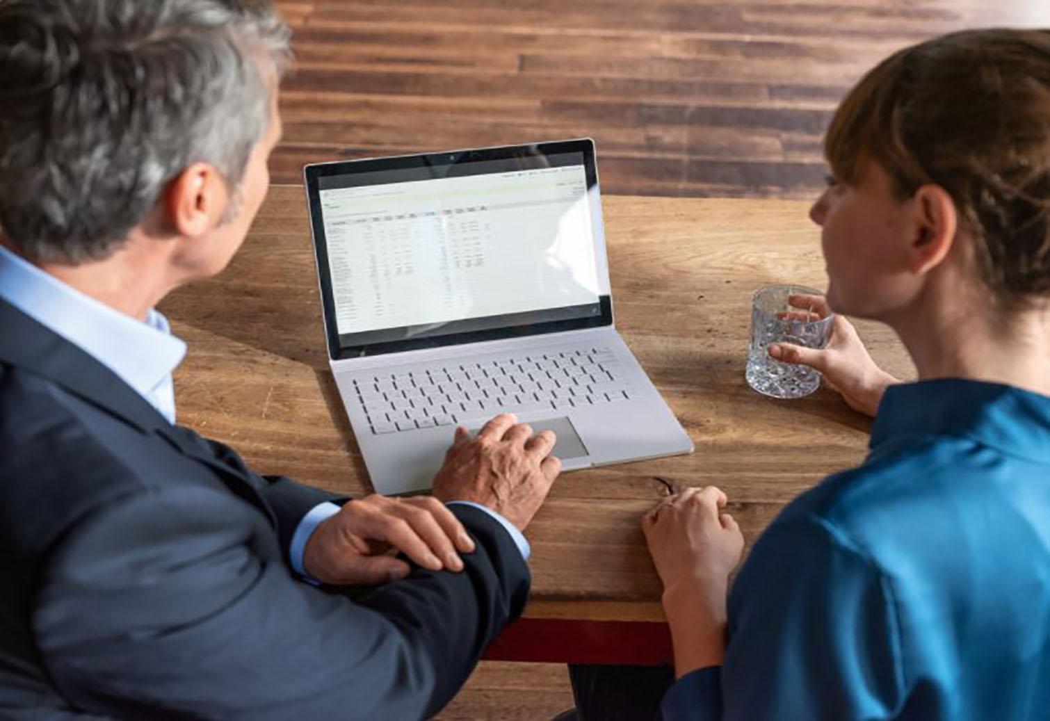 Mann und Frau vor Laptop
